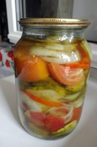 Как консервировать салат из помидоров с огурцами на зиму - рецепт