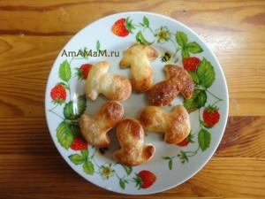 Пирожные слойки-язычки в форме грибов