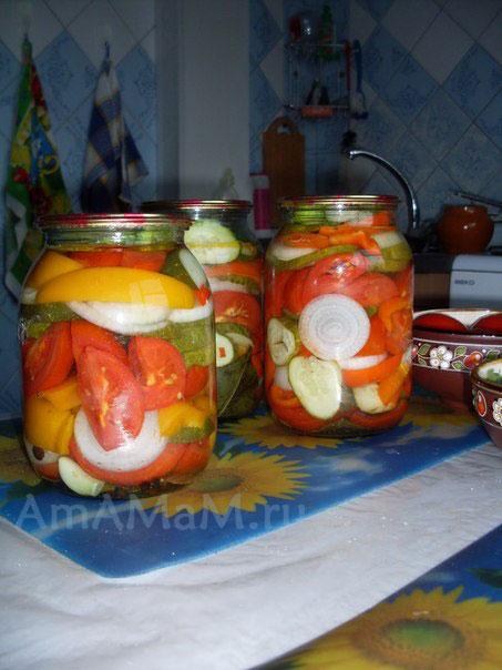 Банки с салатом из овощей (помдиоры, огурцы, перец, лук) на зиму