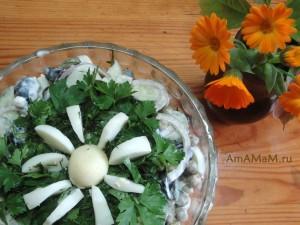 Огуречный салат с яйцами, маслинами и зеленым горошком - рецепт и фото