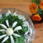 Салат из огурцов с маслинами и яйцами
