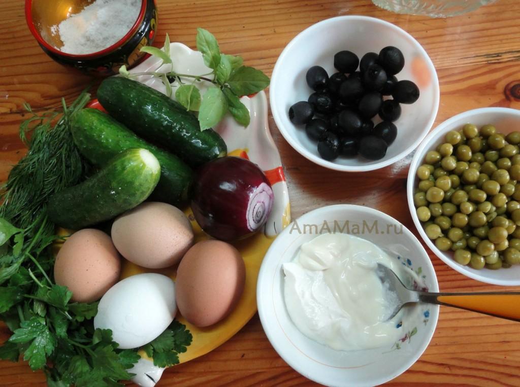 Приготовление салата из огурцов с горошком и маслинами - рецепт с фото