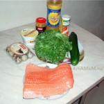 Ингредиенты лососевого салата с огуцами, перепелиными яйцами на листьях салата
