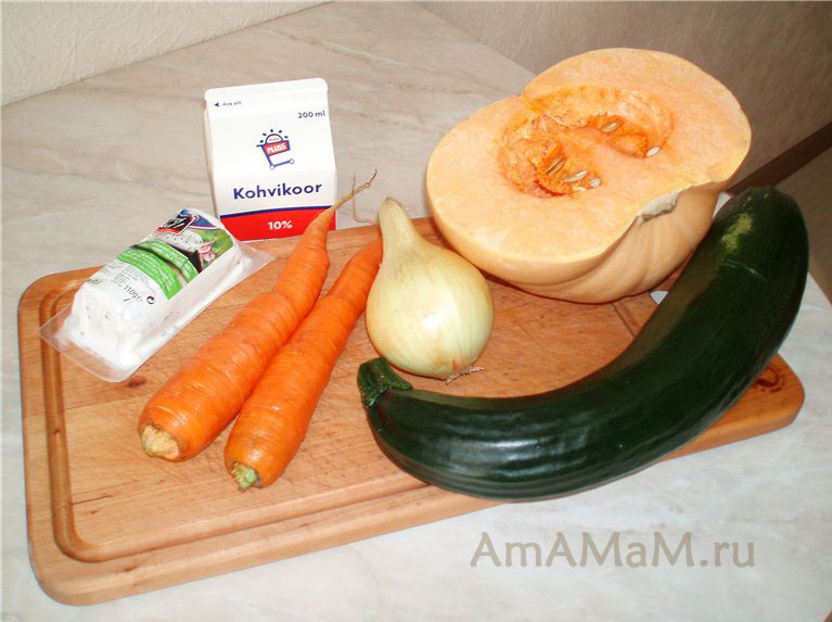 Ингредиенты овощного супа из кабачков (цуккини), тыквы, сливок и сыра (суп-пюре)