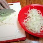 Нарезать лук в грибы - тонкими полосочками