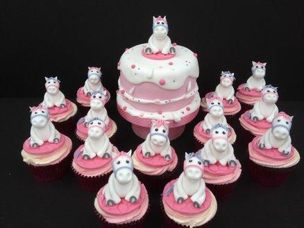Большие и маленькие кексы украшены