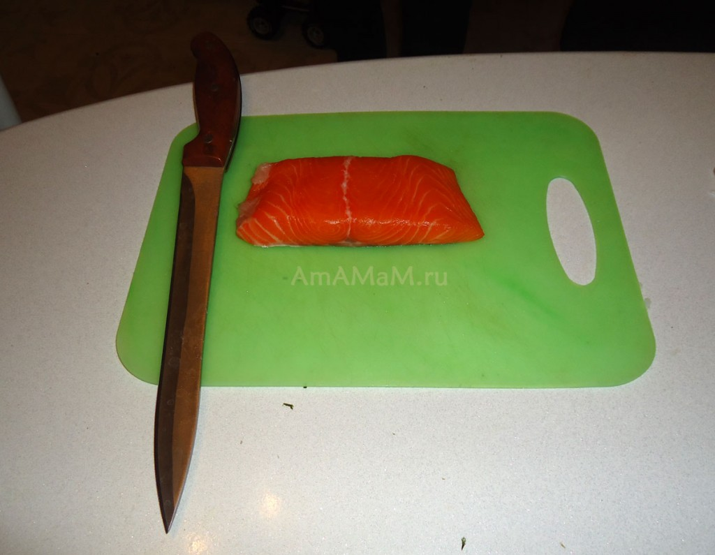 Нарезка рыбы для роллов - рецепт и фото