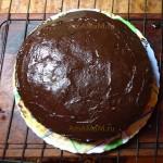 Шоколадная глазурь на ореховом торте с халвой