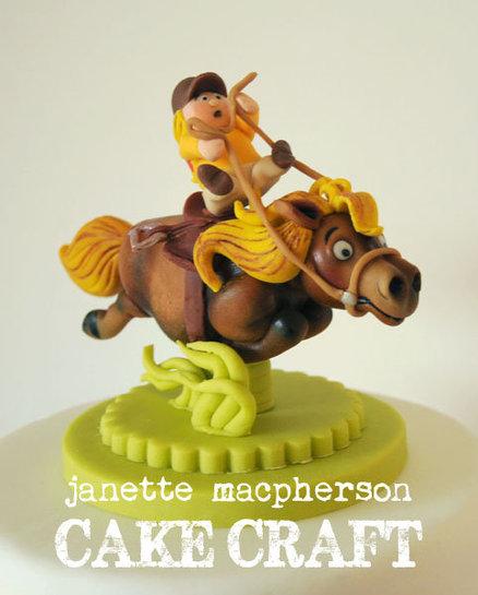 Лошадка с наездником из марципана на