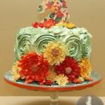 Красивый торт с кремом и фигуркой лошади