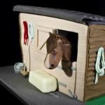 Лошадь в конюшне - торт из мастики