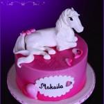 Как украсить торт фигуркой коня - фото