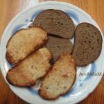 Крутоны из черного хлеба и булочки