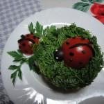 Украшение салаат божьими коровками из помидоров