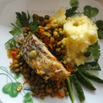 Вкусная еда из карпа с горошком и картофелем