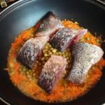 Рыба с зеленым горошком и морковью