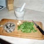 Соус с анчоусами, каперсами, чесноком, петрушкой и пармещаном