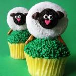 Маленькие кексы с украшением из крема в виде овечек, козочек и барашков - фото