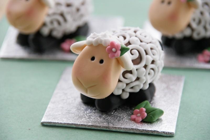 Фото милой овечки (съедобная, шоколадное яйцо, мастика и крем)