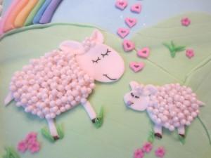 Плоское изображение овечки в профиль на блюдах - фото
