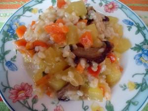 Рисовая каша с кабачками и морковкой с использованием сушеных белых грибов