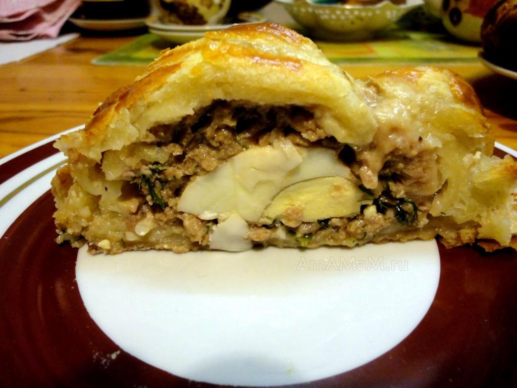 Ломтик пирога с фаршем и вареными яйцами