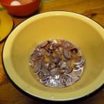 Маринованный лук в салат - способ приготовления