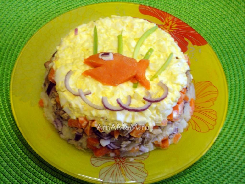 Простой салат из рыбных консервов - рецепт и фото