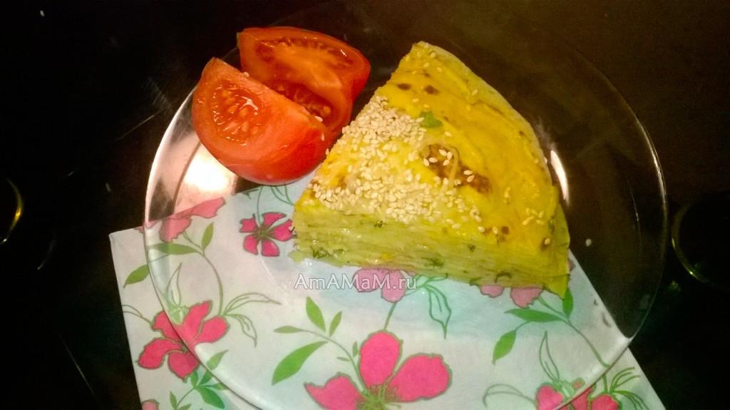 Простая домашняя еда - блинный пирог с начинкой из морковной икры, зелени, сыра и чеснока - вкусно!