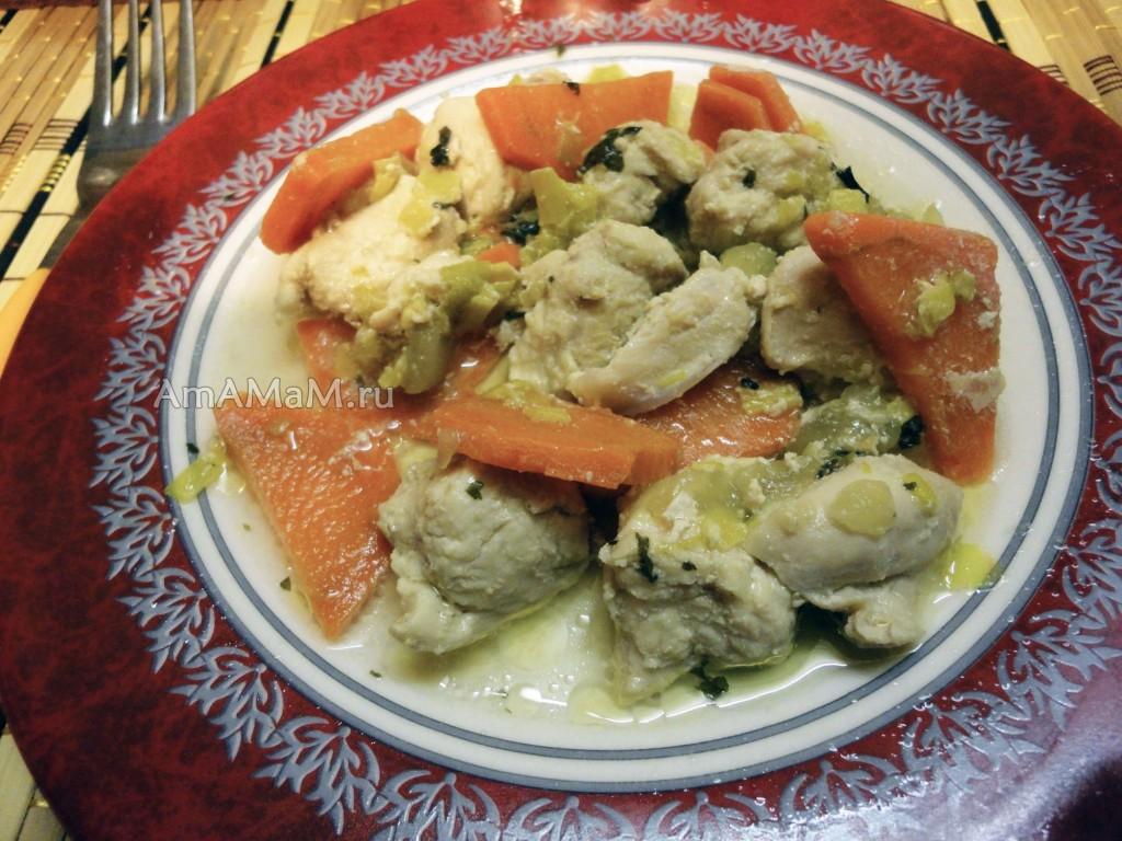 Тушеная куриная грудка с морковью, луком и яблоком - рецепт и фото