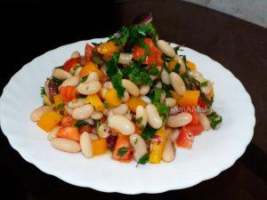 Рецепт Мавроматики - фасолевый салат с перцем, помидорами, луком и зеленью