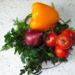 Состав и рецепт яркого салата Мавроматика - греческий фасолевый салат с болгарским перцем, луком, зеленью и помидорами