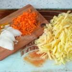 Как нарезать овощи и кальмаров для запеканки - фото
