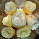 Вареные картофельные клубни с изъятой серединкой, в пустые места мы поместим начинку.