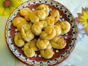 Ушки из слоеного печенье с цедрой апельсина или лимона