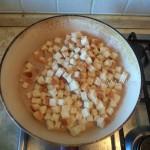 Приготовление салата из куриной грудки с сухариками, грибами, помидорами и китайским салатом - этапы
