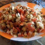 Куриный салат с шампиньонами, помидорами и сухариками