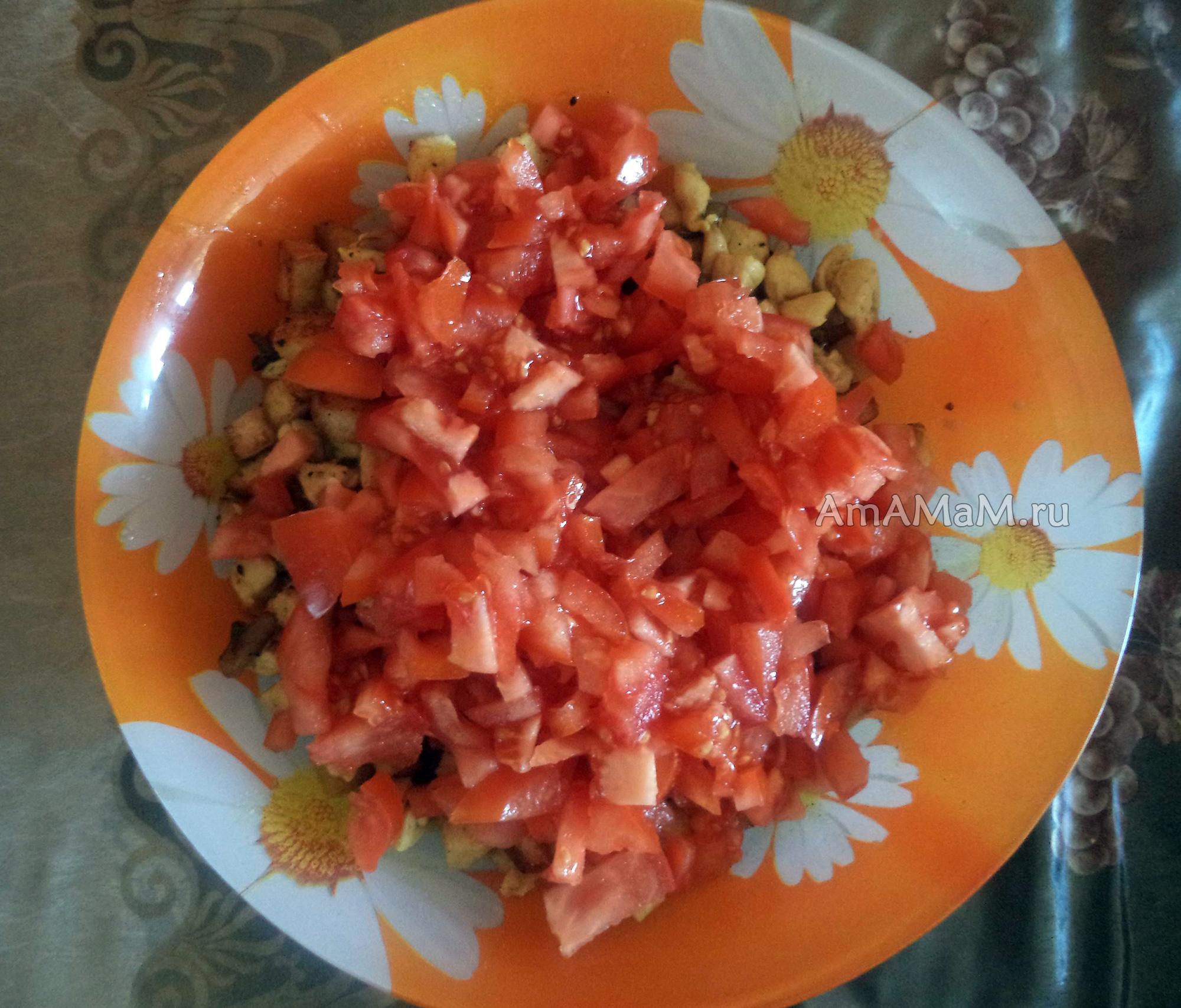 Салат с помидорами и сухариками с