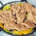 Рецепт блюда из соевого мяса с луком и сладким перцем в томате
