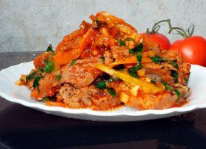 Вегетарианской постное блюдо - соевое мясо (стейки) с перцем, луком и помидорами