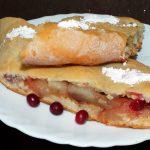 Штрудель с клюквой и яблоками - рецепт и фото
