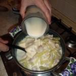 Блюда греческой кухни - тушеное мясо с сельдереем в белом соусе без сливок и молока