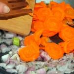 Фасолада - вкусный греческий суп из фасоли с овощами в томате