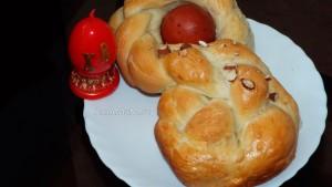 Как делают пасхальные венки и куличи с вареными яйцами