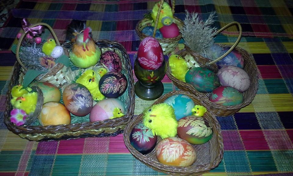 Красивые пасхальные яйца с листочками