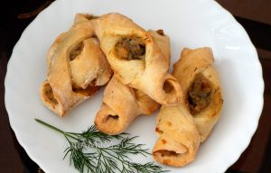 Пирожки-лодочки с морепродуктами (икра трески и кальмары)
