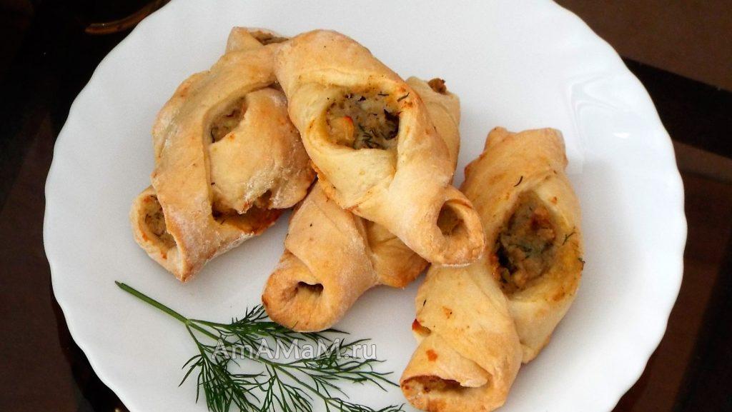 Вкусные пирожки с рыбной начинкой из икры трески, кальмара и картофеля - рецепт и фото