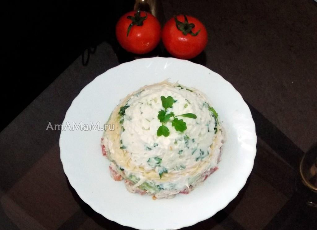 Приготовление сырного салата с курицей, огурцами-помидорами и яйцами