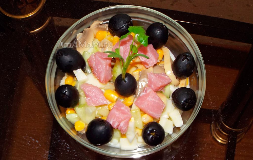 Салаты с кукурузой, шампиньонами и сулугуни - рецепт