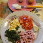 Омлет с зеленью, колбасой, перцем и сыром